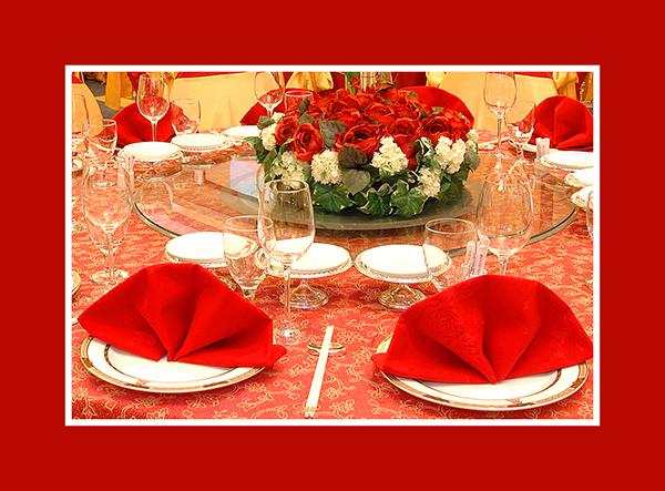 Hochzeitsdeko runder Tisch rot mit Serviette