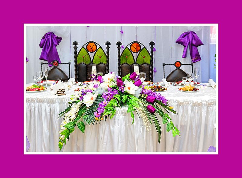 Exquisite Blumengestecke in Weiß und Violett