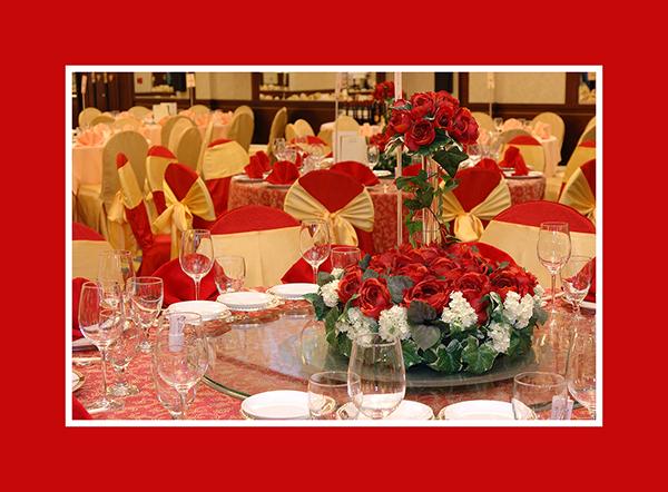 Hochzeitsdeko runder Tisch rot Rosen