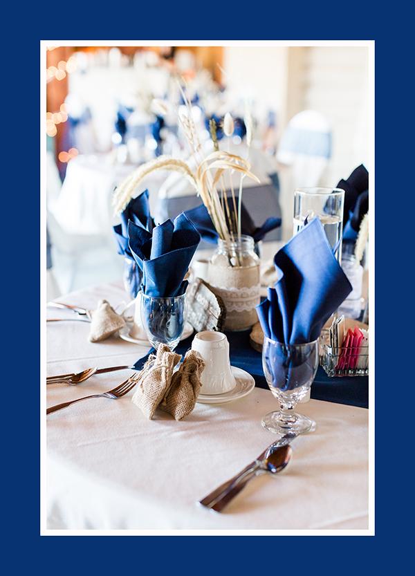 Hochzeitsdeko runder Tisch Blau Servietten