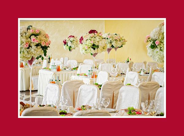 Tischdeko mit grossen Vasen
