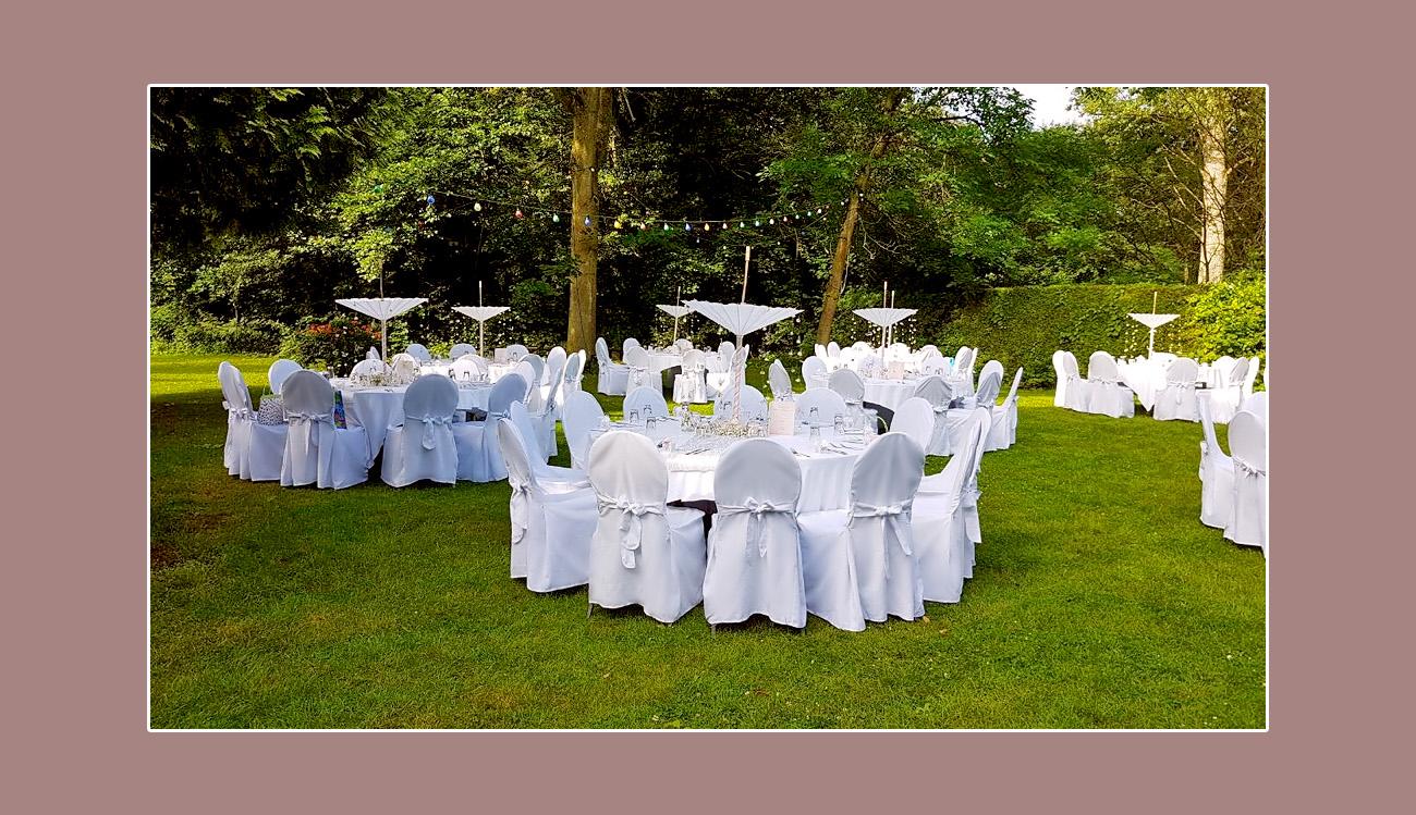 Moderne-Hochzeit-im-Garten